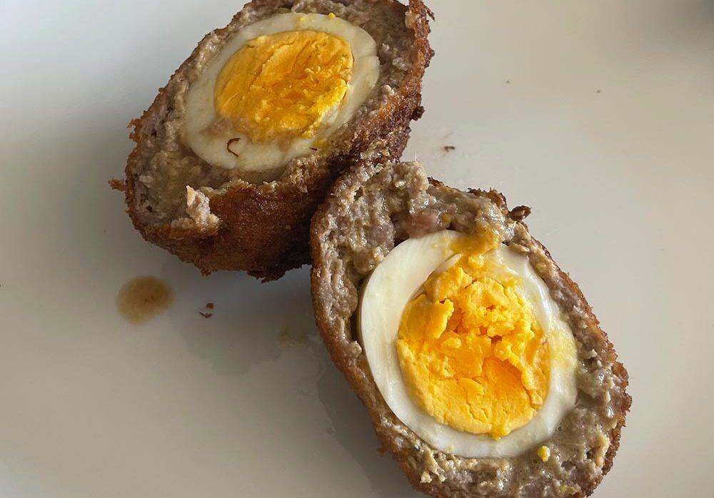 Huevos escoceses con su toque gallego